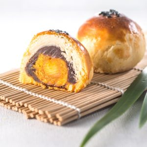 The wonderful taste of okinawa brown sugar combined with duck egg yolk【Okinawa Brown Sugar Salty Yolk Duels Mooncake】